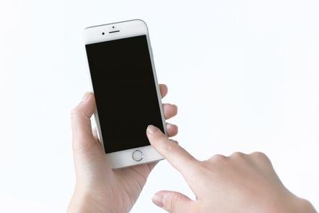 iphoneを触る様子