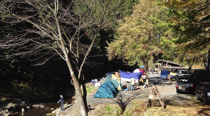 大岳キャンプ場の川沿いのサイト