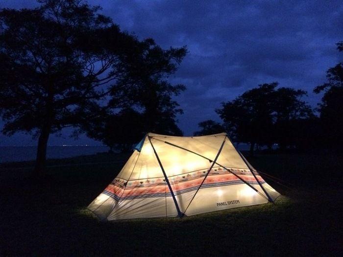 光るロゴスのテント