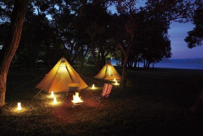 キャンプ場でライトアップされたロゴスのテント