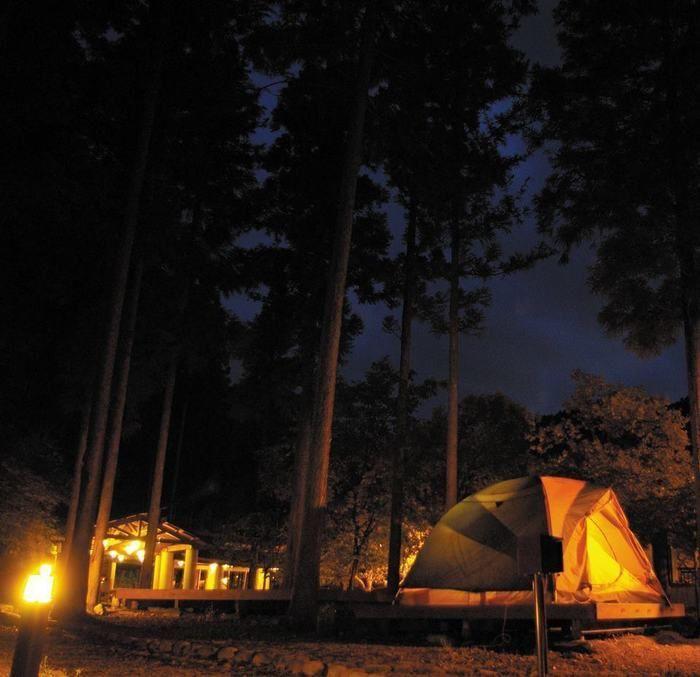 いよやかの郷の大自然と夜空の下で張るテント