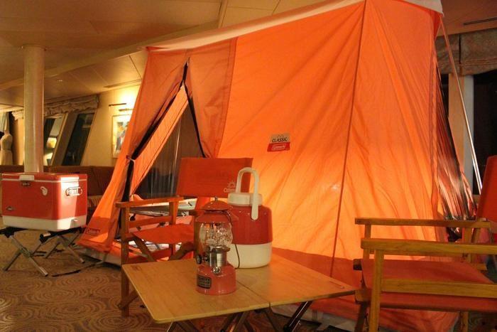 クルージング船内に張られたコールマンのテント
