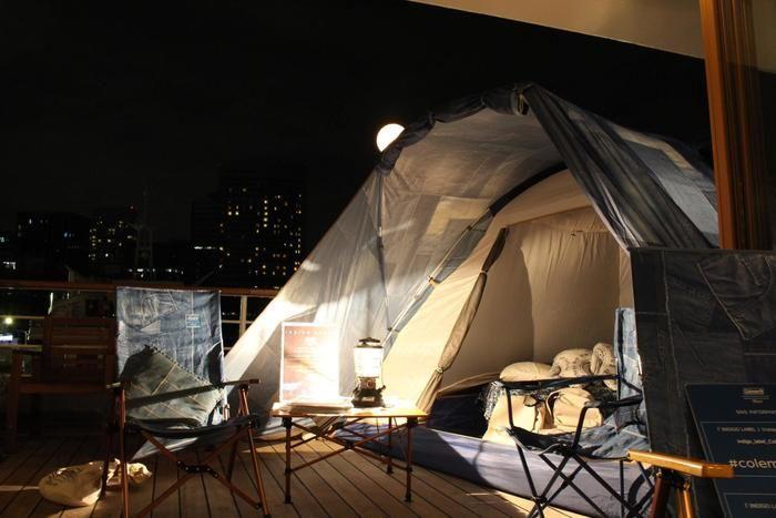 クルージング船のデッキに張られたテントと夜空