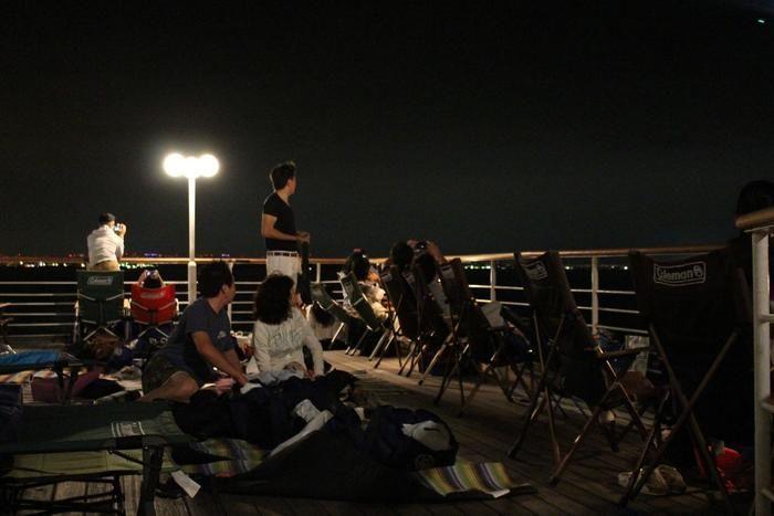 クルージング船のデッキから流星群を眺める様子