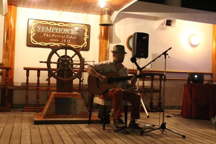 クルージング船内の「真夜中のギターコンサート」の様子