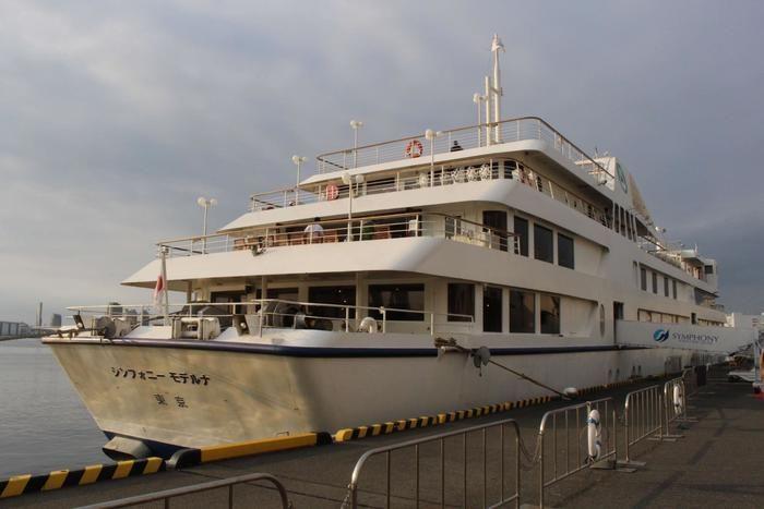 朝港に到着したクルージング船