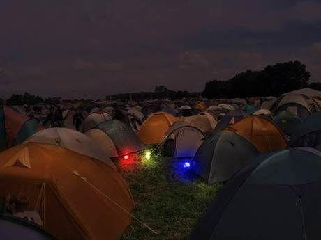 暗いテントサイトで光るペグ