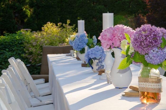 テラスに設置された花が並んだテーブルと椅子
