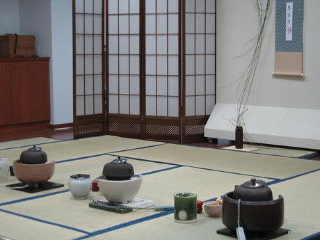 畳の部屋と野点の容器