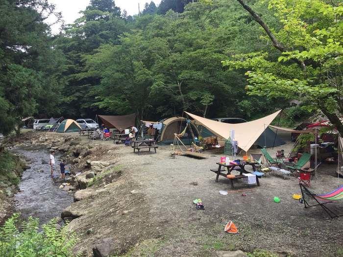 BOSCOオートキャンプベースの川沿いのキャンプサイト