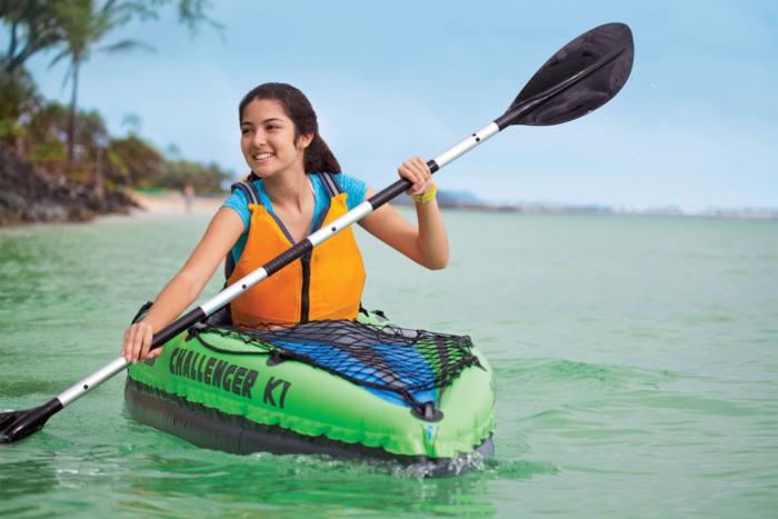 INTEXのボートに乗っている女性