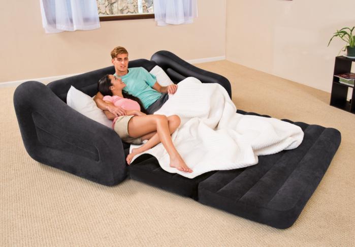 INTEXのプルアウトチェアの2人がけで寝ているカップル