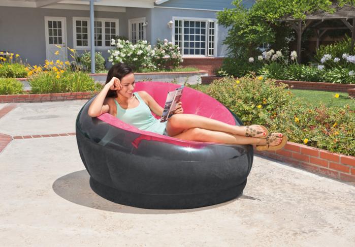庭でINTEXのエアソファを使用している女性