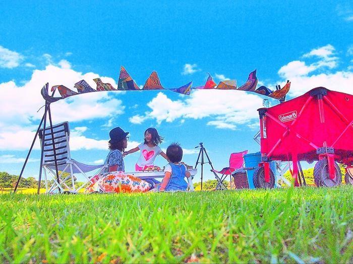 晴れた青空の下でピクニックを楽しむ親子