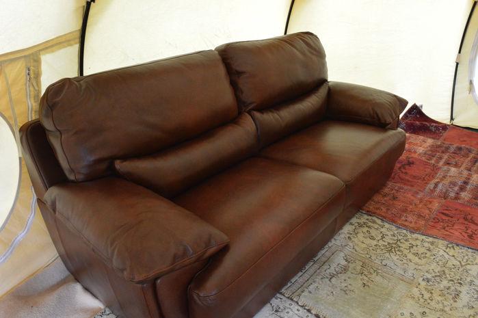 赤茶色のゆったりとしたソファー