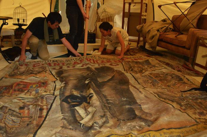 象のじゅうたんが印象的なテント内の様子