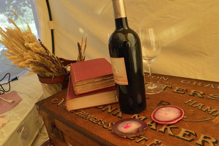 テント内の装飾として使われているワインボトルとグラス
