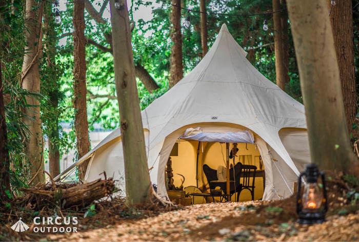 サーカスアウトドアの林間にテントを張った様子