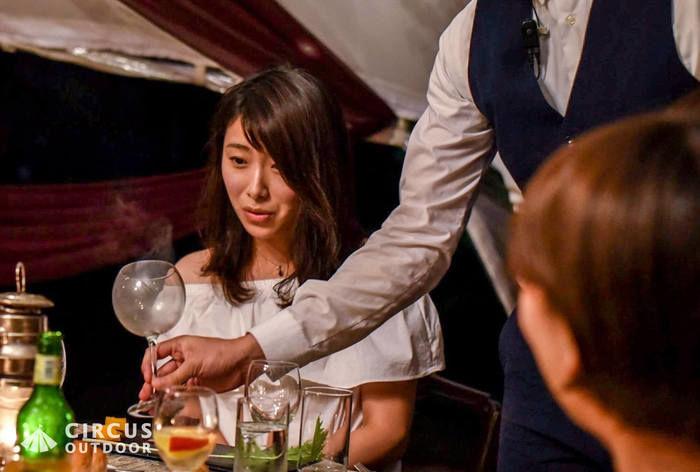 ワイングラスを差し出される女性