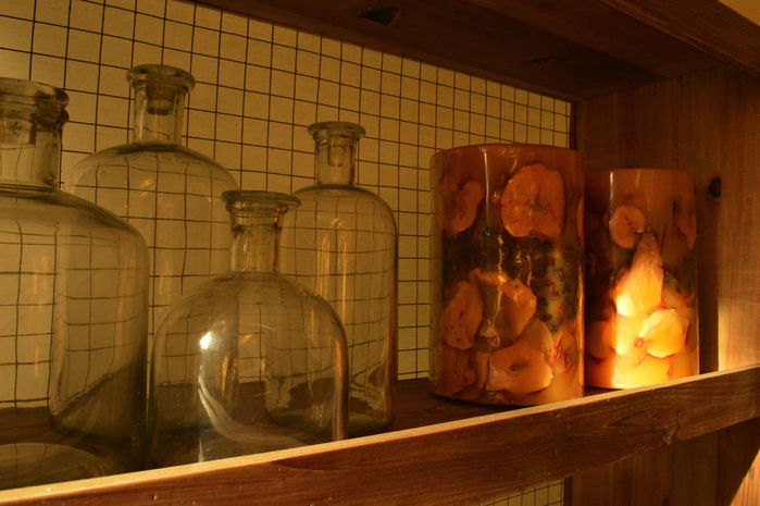 並べられた瓶とドライフルーツの入ったキャンドル