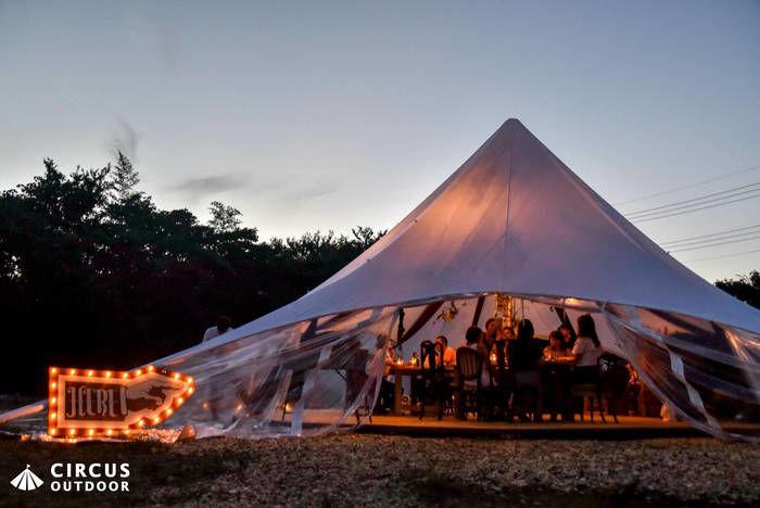 サーカスアウトドアのテント内での食事の風景