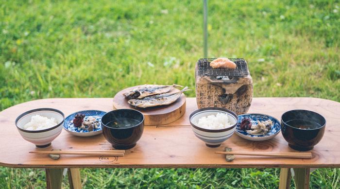 よりご飯が美味しそうに見えるYOKAのパネルロングテーブル