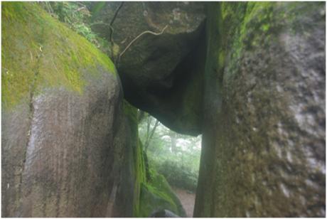 奇岩怪石群の石の間