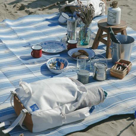 コールマン・インディゴレーベルのレジャーシートを使ってピクニックをする様子