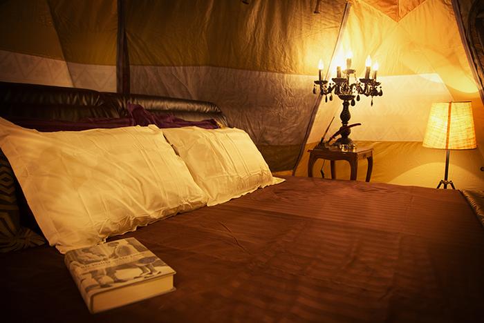 寝室のキングサイズベッド