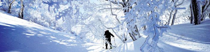 冬の山を登る男性