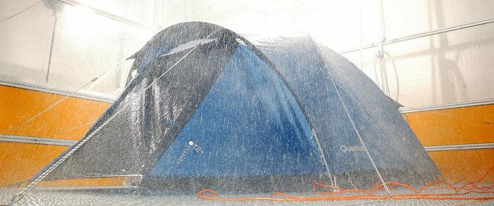 豪雨を浴びるケシュアのテント