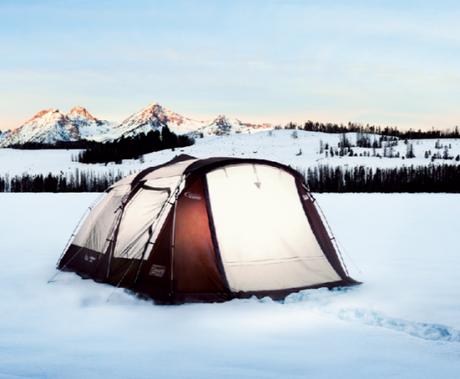 コールマンのウェザーマスターの雪中のテントサイトの外観