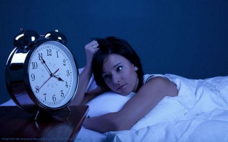 午前4時になっても眠れない女性