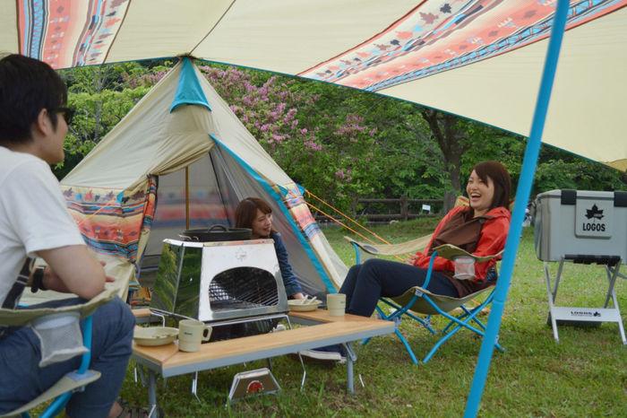 キャンプを楽しむ人々の様子
