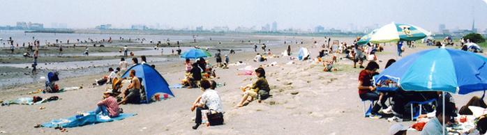 葛西海浜公園の浜辺にあつまる人々
