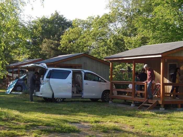 イレブンオートキャンプパークのキャンプサイトに車で乗り入れた様子