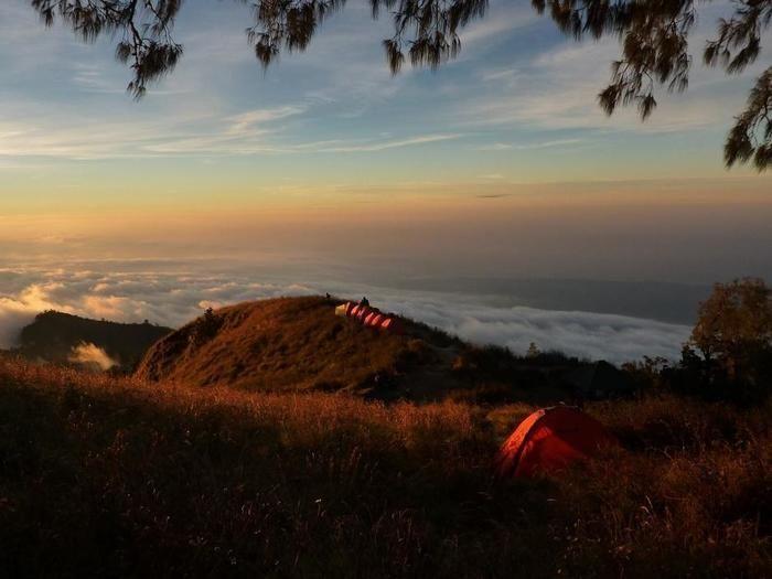 山の上に建つテント