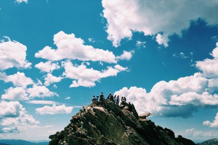 山頂に座る人々