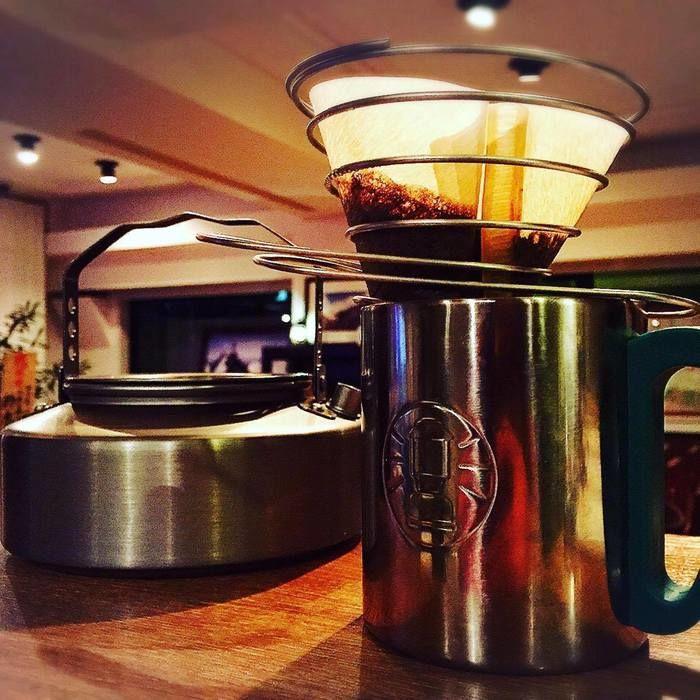 コールマンのステンレスマグでコーヒーを入れる様子