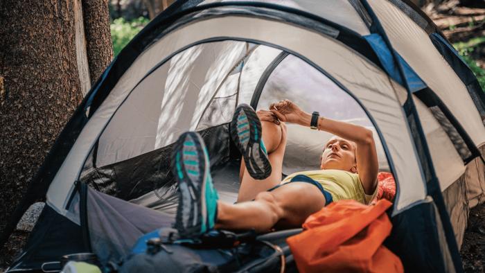テントの中で横になる人