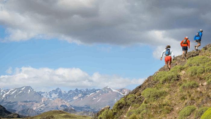 パタゴニアのリュックを背負って登山をする様子