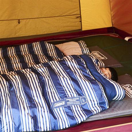 マルチパーパスブランケットMを掛け布団にして寝る男性
