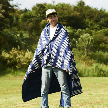 マルチパーパスブランケットMをブランケットとして羽織る男性