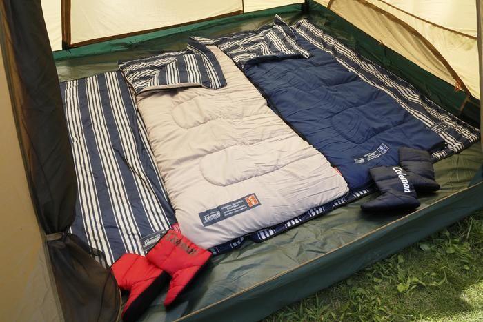 テントの室内に並べられたコールマンのシュラフ