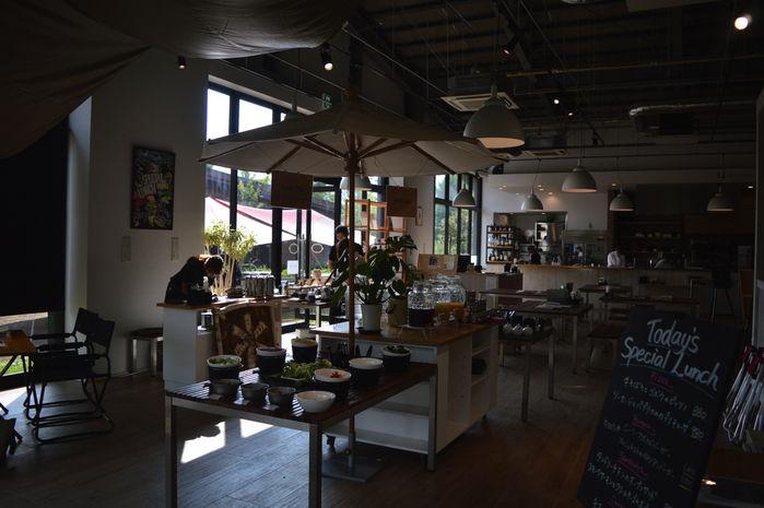 アウトドアヴィレッジのカフェ併設アウトドアショップ