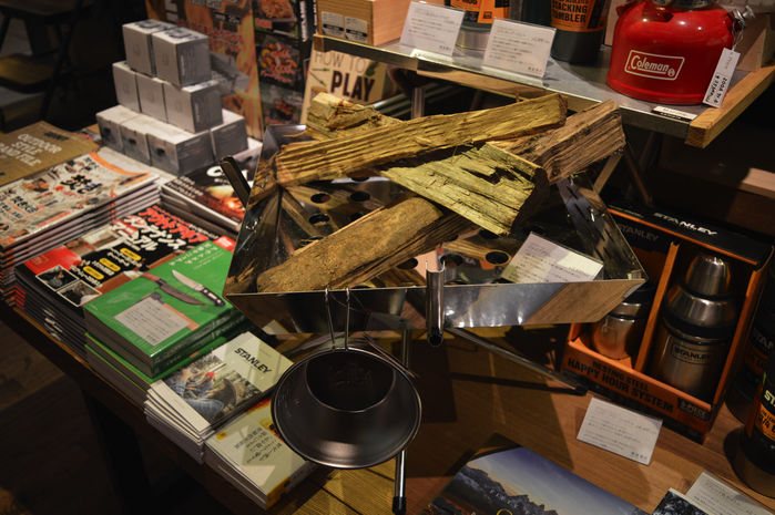 焚き火台と後ろに見えるキャンプ関連の本
