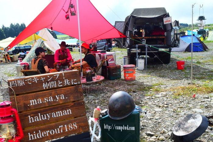 四駆でキャンプ!仲間と共に。と書かれた看板