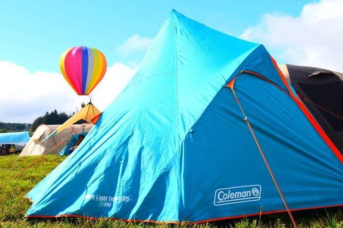 晴れの日のキャンプ上のテントの様子