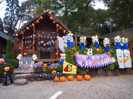 キャンプ・アンド・キャビンズ那須高原のハロウィン仕様に飾り付けられたコテージ