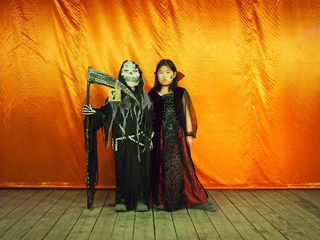 ゾンビやお化けの仮装をした子供